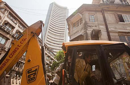 הודו. שהמשבר פגע קשות במדינה, היקף ההשקעות הזרות ירד ושווי נכסים רבים צנח