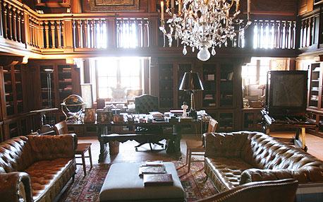 הספרייה בבית. בפינת החדר ניצבת קמרה אובסקורה גרמנית עתיקת יומין
