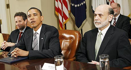 """מימין בן ברננקי יו""""ר ה בנק פדרל ריזרב ברק אובמה נשיא ארצות הברית, צילום: בלומברג"""