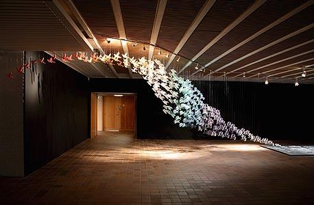 """""""השפה החיה"""", עבודה של שו שבה המילה ציפור מתרוממת ונהפכת לציפור"""