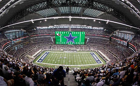 המגרש בדאלאס. היו צריכים להשקיע עוד 2 מיליון דולר כדי להקטין את המסך הענק. נחת
