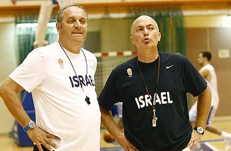צביקה שרף (משמאל) ועוזרו ארז אדלשטיין. מקבלים פחות מתקציב הנסיעות של מאמן סרביה, צילום: יוסי רוט