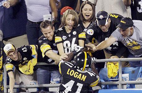 שחקני פיטסבורג האלופה עם האוהדים. הארגון של הקבוצה הוא מושא לגאווה ברחבי פנסלבניה