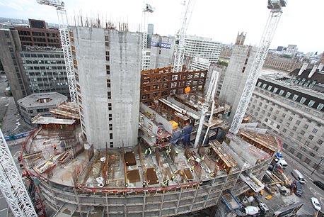 המלון במהלך בנייתו