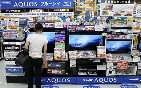 מסכי שארפ בחנות בטוקיו. ההשקעה של סמסונג עשויה להמריץ את המכירות, צילום: בלומברג