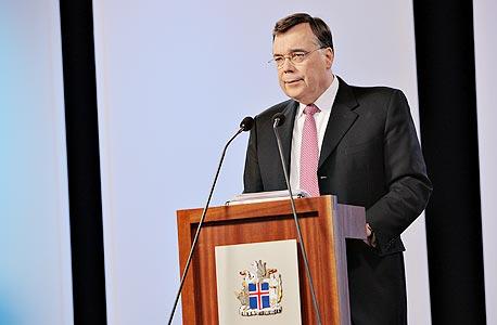 """ראש הממשלה לשעבר, גייר הארדה במסיבת עיתונאים ב-8 באוקטובר 2008, יומיים אחרי הקריסה. במקום להודות בטעות, טען ש""""ניסיתי למנוע פאניקה"""""""