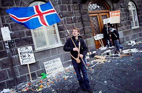 """מפגין נגד הממשלה בנובמבר אשתקד. """"האיסלנדים דגים בכל התנאים, דגים עד שלא ניתן עוד לדוג. הם אוהבים לקחת סיכונים"""""""