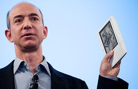 """מנכ""""ל אמזון, ג'ף בזוס, והספר האלקטרוני קינדל"""
