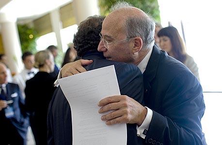 יעקב פרנקל ונשיא ה בנק ה מרכזי של מכסיקו גיזרמו אורטז ב ועידת קרן ה מטבע, צילום: בלומברג