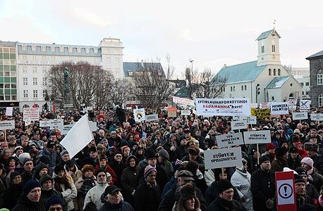 אלפי איסלנדים מפגינים נגד הממשלה
