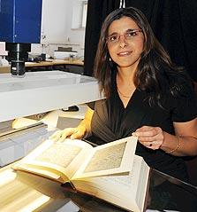 אורלי סימון, הספרייה הלאומית. הדיגיטציה מאפשרת לשמר את הטקסטים העתיקים, צילום: גיא אסיאג