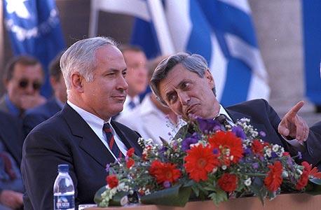 בנימין נתניהו בנאום נגד האוניברסיטאות, 1997 (עם רקטור האוניברסיטה העברית אז, פרופ' חנוך גוטפרוינד)