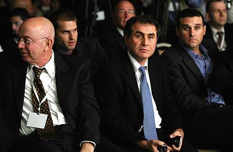 פרופ' נוריאל רוביני במרכז, משמאל יואל אסתרון ומימין רוני פלמר
