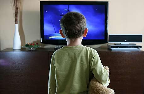 צפייה בטלוויזיה, צילום: shutterstock