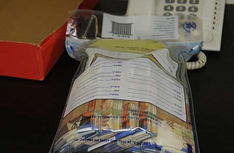 כסף שנתפס על ידי המשטרה בפשיטה על מוסד להימורים לא חוקיים. הפיכת עניין מוסרי לעניין חוקי הופכת אותו לכר גידול לפעילות קרימינלית