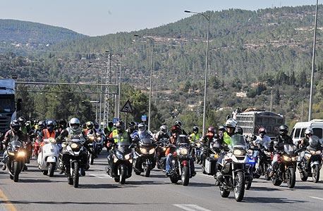האופנוענים מחכים לגלגל הצלה מהכנסת