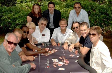 """מארק שיינברג (במרכז מאחורה) עם כוכבי הסרט """"אושן 13"""""""