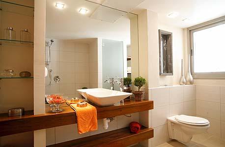 חדר אמבטיה מרווח, צילום: דפנה עברי