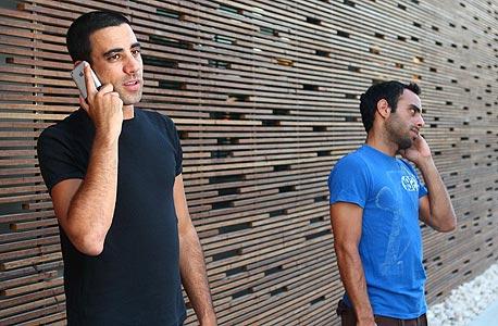 אנשים מדברים יותר בטלפון , צילום: אוראל כהן