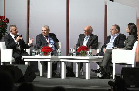 """מימין: גלית חמי עורכת כלכליסט, איתן רף יו""""ר בנק לאומי, אביגדור קפלן יו""""ר כלל ביטוח, אלי יונס מנכ""""ל, צילום : עמית שעל"""