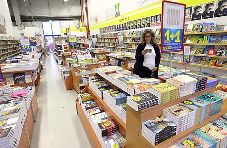 """מבצעים בחנות צומת ספרים. """"צומת עשתה עבודה מצוינת מבחינתה כשפתחה במבצעי 4 ב־100, אבל התחרות שהתפתחה דרדרה את הענף"""""""