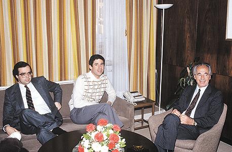 """רשף (במרכז) עם שמעון פרס ואורי סביר, 1985. """"החיידק הפוליטי קינן בי מאז ומעולם אבל אקטיביזם זה גם עניין של אישיות"""""""