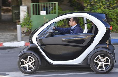 חולדאי ברכב הדומה לרכבים המתוכננים במיזם אוטותל