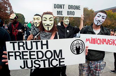 מפגינים עם מסכות גאי פוקס המזוהות עם אנונימוס. מספר התקיפות מזנק