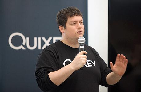 """מייסד ומנכ""""ל קוויקסי תומר קגן בפני חברי הועידה, צילום: עמית שעל"""