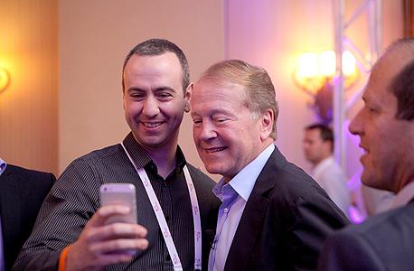 צ'יימברס מצטלם עם עידו יבלונקה, מנהל מרכז הפיתוח של יאהו בישראל