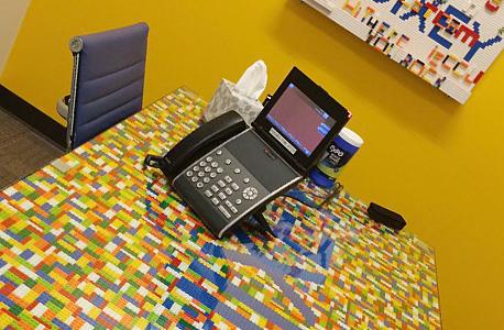שולחן עבודה במשרדי קוויקסי, צילום: עמית שעל