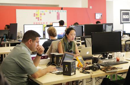סטארטאפיסטים עובדים במטה 500startups, צילום: אוראל כהן