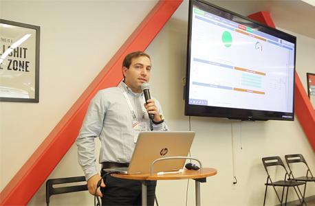 ישראל גרוס מ-L7Defence מציג את החברה באירוע של 500startups, צילום: אוראל כהן