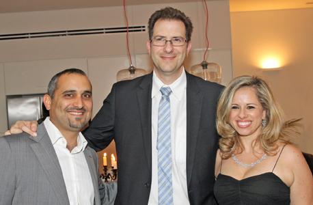 לא דואג לבנקים. אליאב קמחין (במרכז) עם רוני ואיתן נמדר