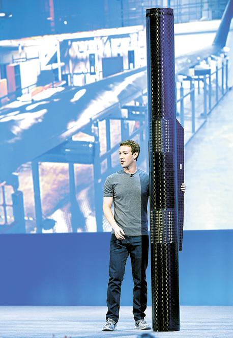 צוקרברג עם משגר המטוס של פייסבוק, צילום: בלומברג