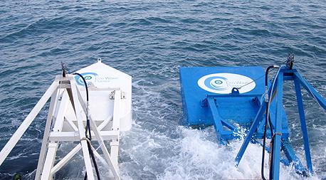 המצופים של אקו וייב פאוור לניצול אנרגיית גלי הים לייצור חשמל