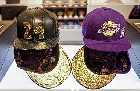 כובעים מיוחדים מעור נחש נמכרו עבור מעל 38 אלף דולר, ז'קטים הוצעו עבור קרוב ל-6,000 דולר וחולצות בעלות של 824 דולר לאחת.