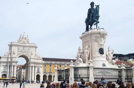 ככר קומרסיו. במרכז פסל של המלך ז'וז'ה הראשון על סוס. ברקע שער הניצחון