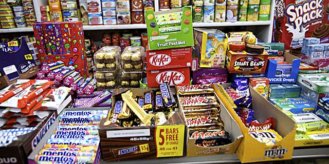 קונים ממתקים לחיילים ופיצוחים למרחב המוגן
