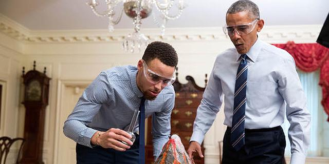 ברק אובמה וכוכב הכדורסל סטפן קארי. האם אובמה יזכה לביקור גומלין במגרשי הכדורסל?, צילום: OFFICIAL WHITE HOUSE PHOTO / PETE SOUZA