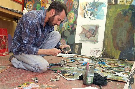 """עידו מרקוס בסטודיו שלו. """"צייר הוא פועל"""""""