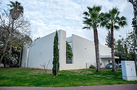 ביתם של המעצב אפרים קסטיאל ואווה קסטיאל בסביון. שוק קשה