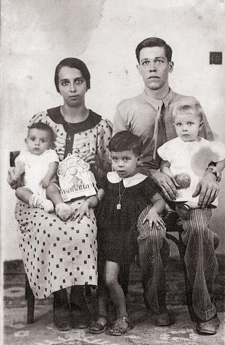 דוד ורוזה בללי, סבא וסבתא שלי, עם שלושה מילדיהם, שרה (מימין), תקוה וחיים