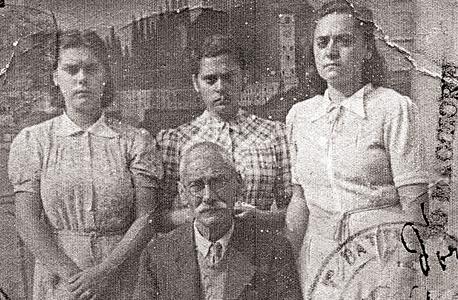 שלוש בנותיו של סאבאס. התמונה היתה תלויה בבית ברחובות, אבל איש מבני המשפחה לא ידע מי זה הגבר המשופם שמביט בהם, למעט העובדה שהיה אדם חשוב מאד לאמם