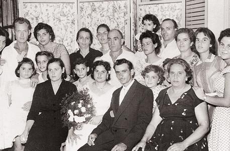 """בחתונה של רוזה בללי """"היתומה"""". לצדה (בשחור) נינה שגידלה אותה, מאחוריה (בשחור) סבתא שלי, גם היא רוזה בללי. איש מאלה שהכירו את מסלול ההישרדות שלה לא נראה שמח"""