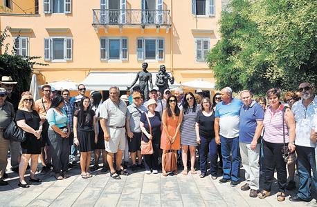 טקס הענקת אות ראול ולנברג באריקוסה. במרכז, בכתום, איווט קורפורון. עומדים מימין פרץ (בחולצה כחולה) ואברהם (בחולצה תכלת) חסיד, בניה של רוזה