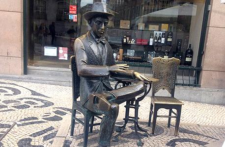 פסל של המשורר הפורטוגלי פרננדו פסואה לא הרחק מכיכר לואיש דה קמואיש