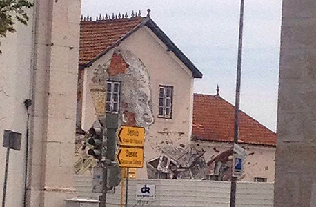 אמן פורטוגלי יצר יצירת אמנות על קיר אחד הבתים בעזרת חשיפת הלבנים