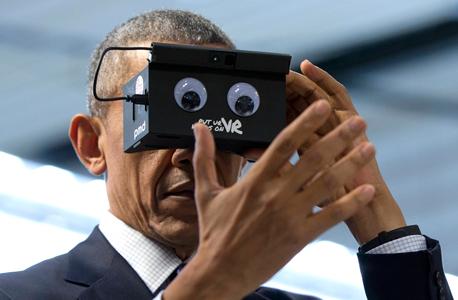 ברק אובמה בוחן משקפי מציאות מדומה , צילום: איי פי