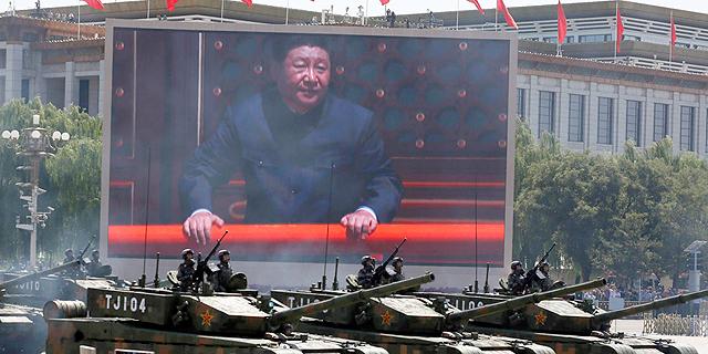 נשיא סין במהלך תצגה צבאית, צילום: איי פי